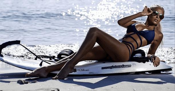 אישה יפה על הג'ט סרף - אקסטרים ספורט ימי